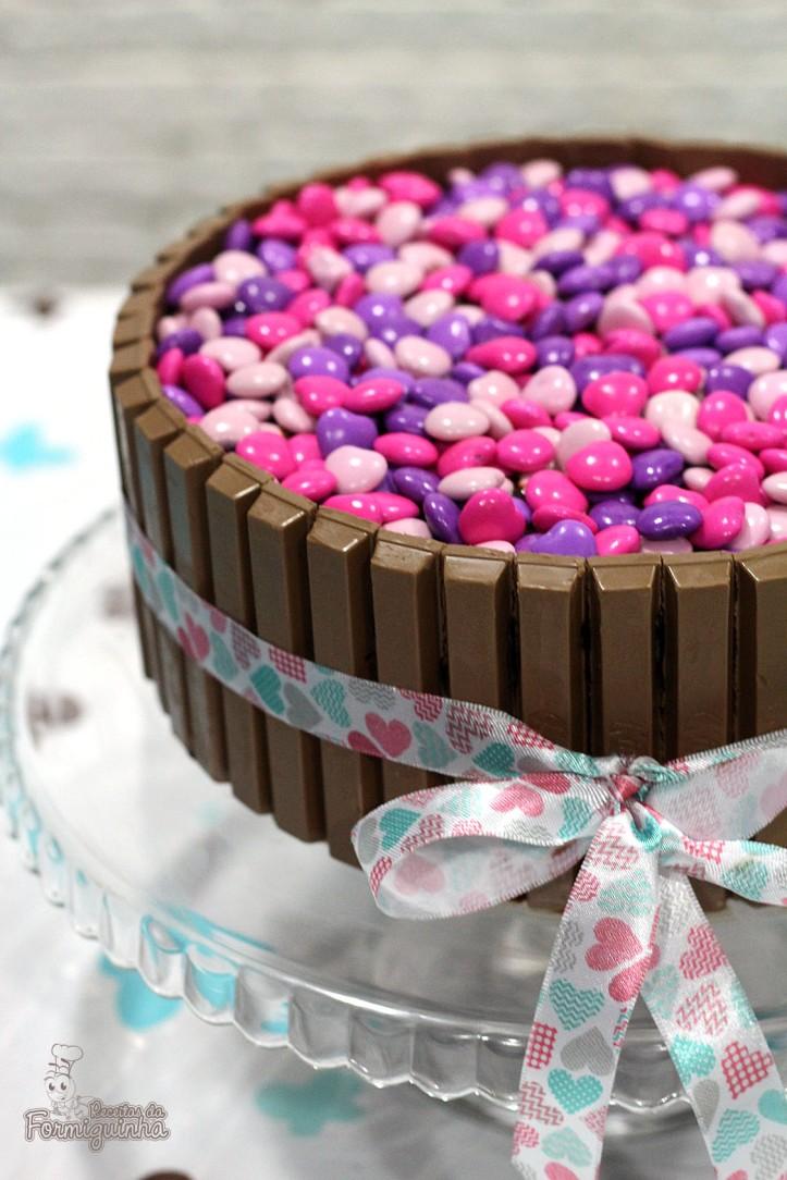 Bolo de chocolate ultramacio cercado de muito Kit Kat e coberto com M&M.. Precisa de mais? Então faz logo esse Bolo Kit Kat e M&M!!!