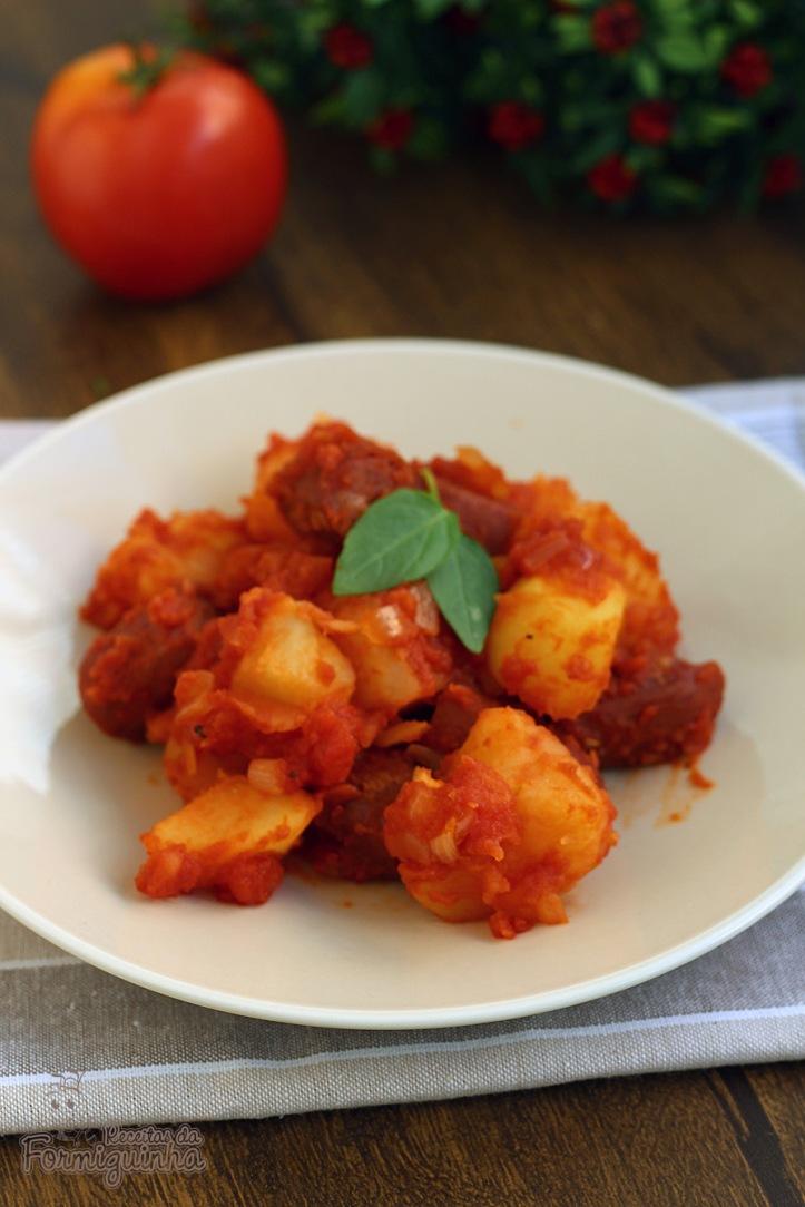 Para uma refeição completa e rápida, faça esse ensopado de linguiça com batatas! Delícia!