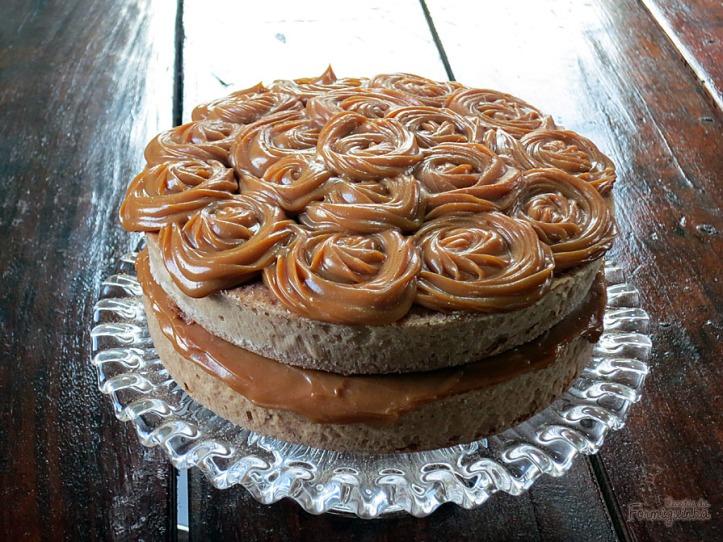 Massa fofa soborizada com o melhor do churros: doce de leite, açúcar e canela! Naked Cake de Churros