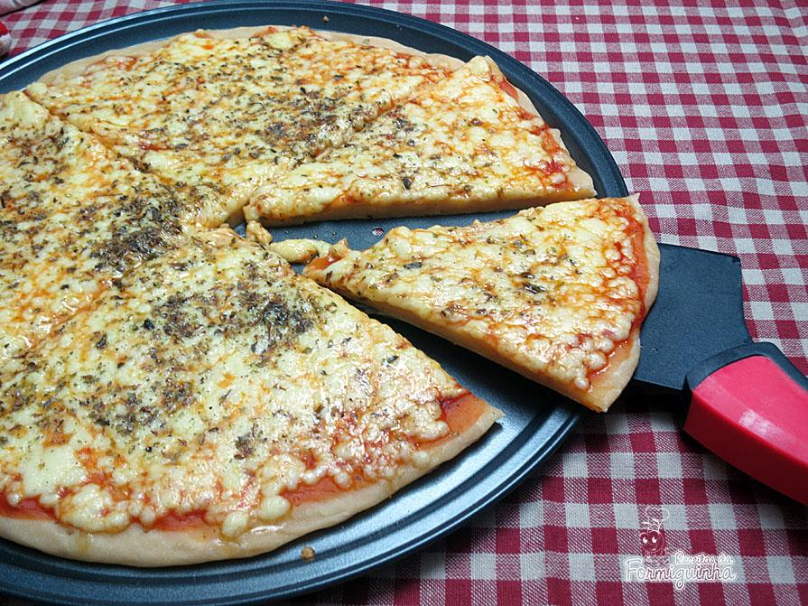 Fácil, rápida e gostosa e massa de pizza com 2 ingredientes apenas!