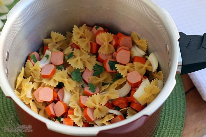 Refeição completa feita em 1 panela e pronta em 5 minutos! Esse é o macarrão cremoso com salsicha...