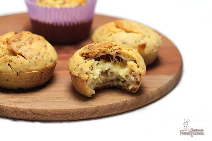 Bolinhos salgados de calabresa e recheados com queijo. Esses muffins são demais!!!