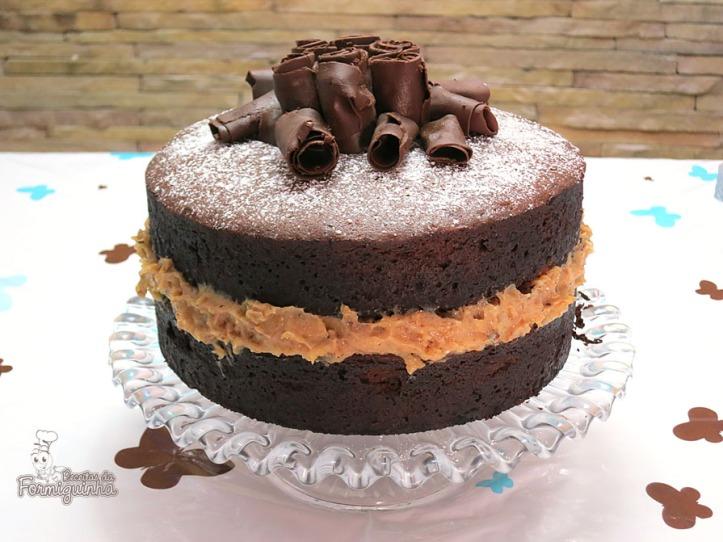 Bolo de chocolate fofinho e saboroso com recheio de nozes.. Vem ver como é simples fazer o Naked Cake de Chocolate com Brigadeiro de Nozes