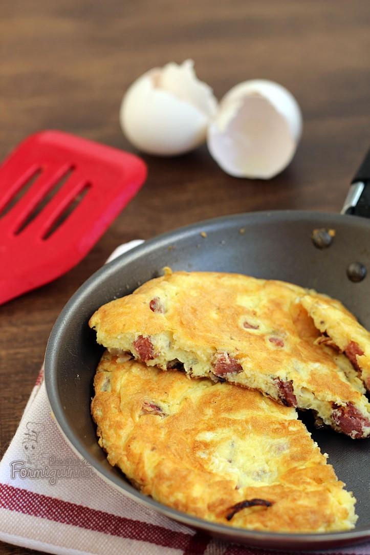 Fome e pressa? Então faz esse omelete de queijo e linguiça defumada.. Fica pronto muito rápido!