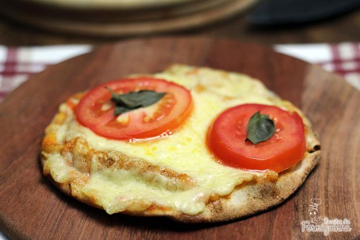 Procurando uma lanche rápido e gostoso? Pizza no Pão Sírio com Molho de Tomate Caseiro é a resposta!!! Deliciosa!!