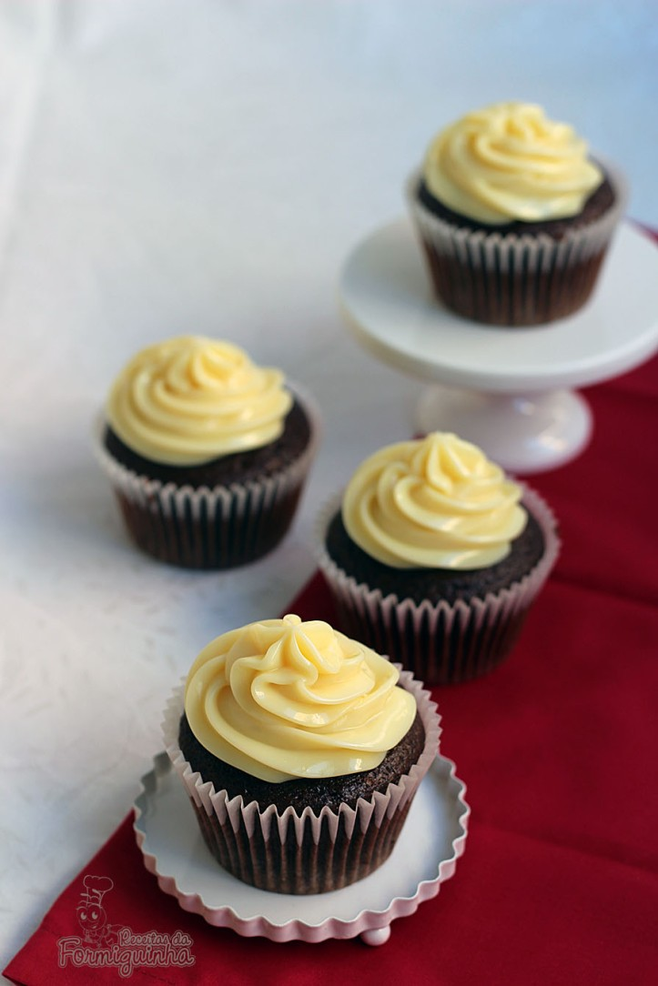Leite Moça Cremoso servindo de cobertura para deliciosos cupcakes de chocolate!!! Vai resistir?