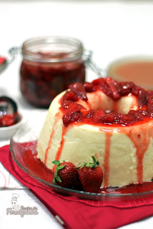 Cremoso e delicioso! É assim que fica esse pudim de iogurte grego com calda de morangos...