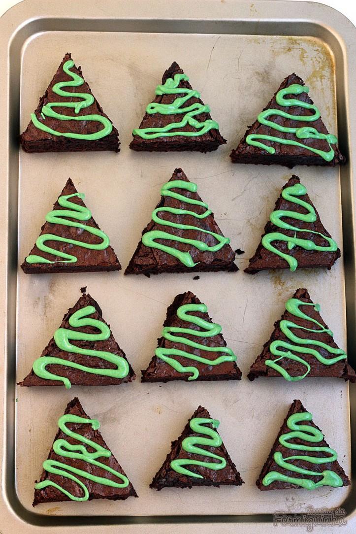 Deliciosos brownies em forma de árvore de Natal para enfeitar sua ceia...