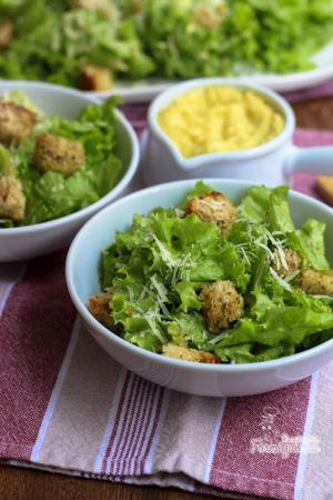 Um clássico muito bem preparado não tem quem não goste! Desfrute de uma Salada Caesar saborosa e crocante!