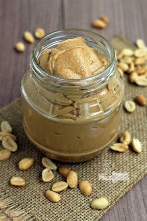 Faça em casa sua própria Manteiga de Amendoim... A versão caseira não deixa nada a desejar em relação a industrializada.. Fica deliciosa!