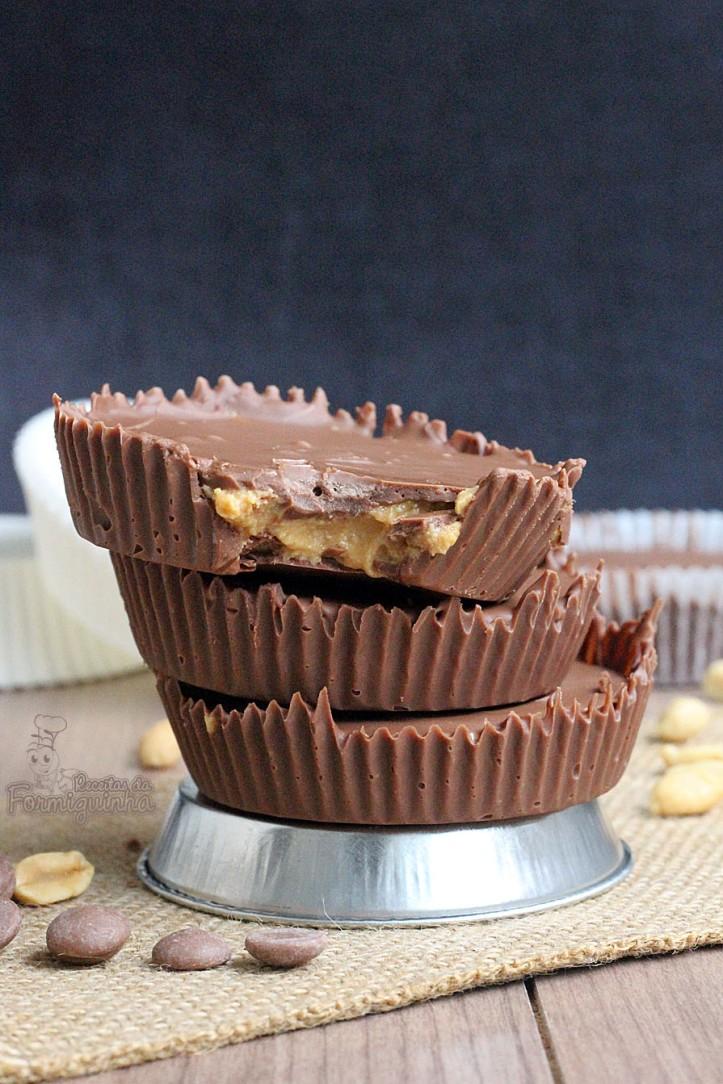 Bombom de chocolate ao leite recheado de manteiga de amendoim.. Melhor de tudo é que você pode fazer em casa a versão caseira do Reese's!!!! Yeah!
