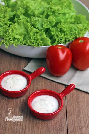 A salada do dia-a-dia fica ainda melhor com esse Molho de Iogurte Light...
