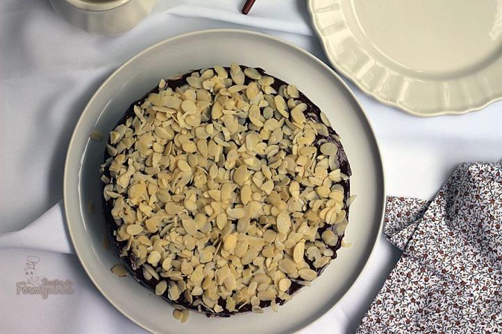 Bolo denso e úmido com sabor inigualável, um clássico de Julia Child chamado Rainha de Sabá.. Um delicioso bolo de chocolate e amêndoas...