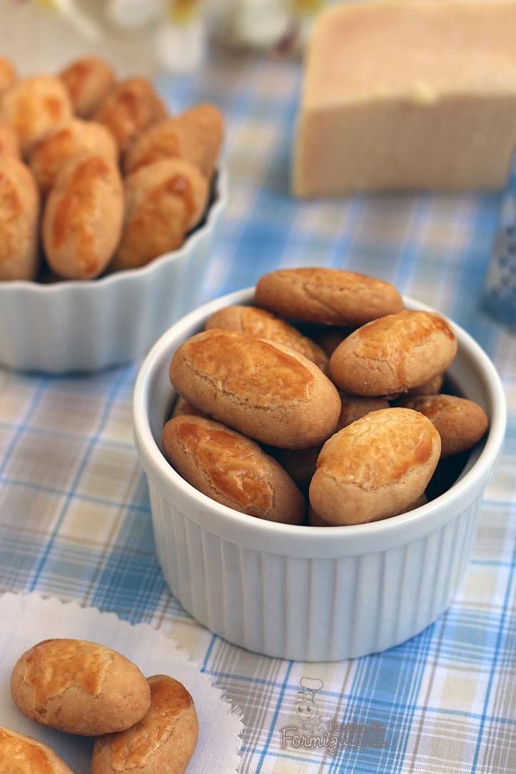 Viciantes! Esses biscoitinhos amanteigados e perfumados não vão durar muito tempo na sua mão.. Acredite! Ótimo aperitivo para comer a qualquer hora! Biscoito de Queijo Parmesão!