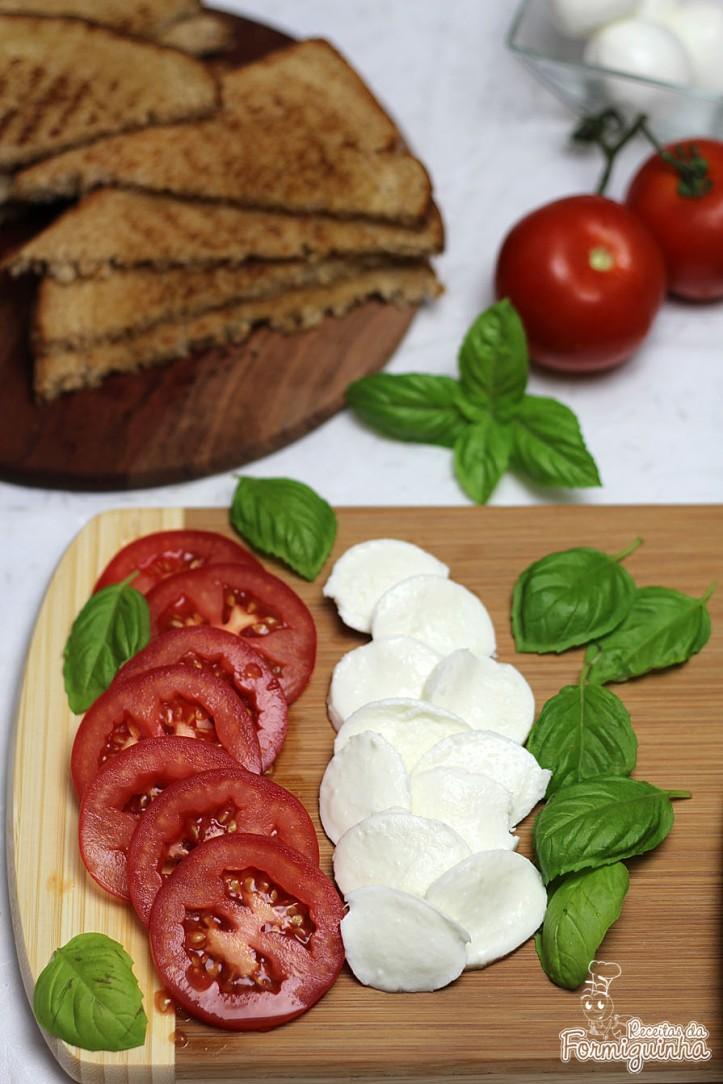 Leve, rápido de preparar e incrivelmente saboroso! Aproveite todo o aroma desse delicioso sanduíche caprese!