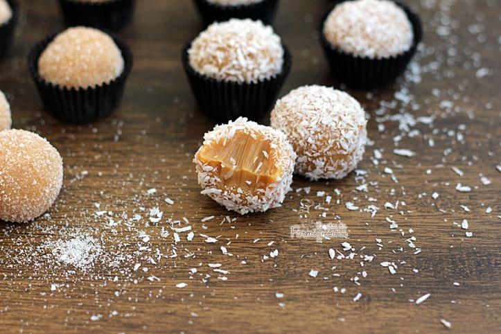 Bolinhas macias de doce de leite cobertas de coco ou açúcar para você comer rezando... Esses são os deliciosos Brigadeiros de Doce de Leite