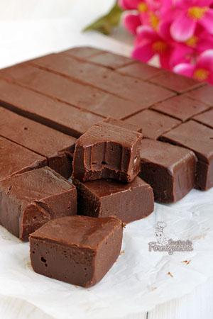 Quadradinhos macios saborizados com Nutella! Esses fudges vão fazer você não querer parar de comer. Incrível Fudge de Nutella!