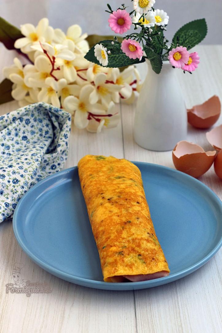 Omelete recheada com queijo e presunto em formato de panqueca! Refeição rápida e deliciosa para um dia corrido...