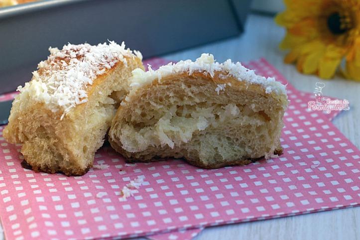Pão-doce fofinho, macio e muito saboroso! Feito com farinha própria para pão e banhando em calda deliciosa de leite condensado e recheio de coco.