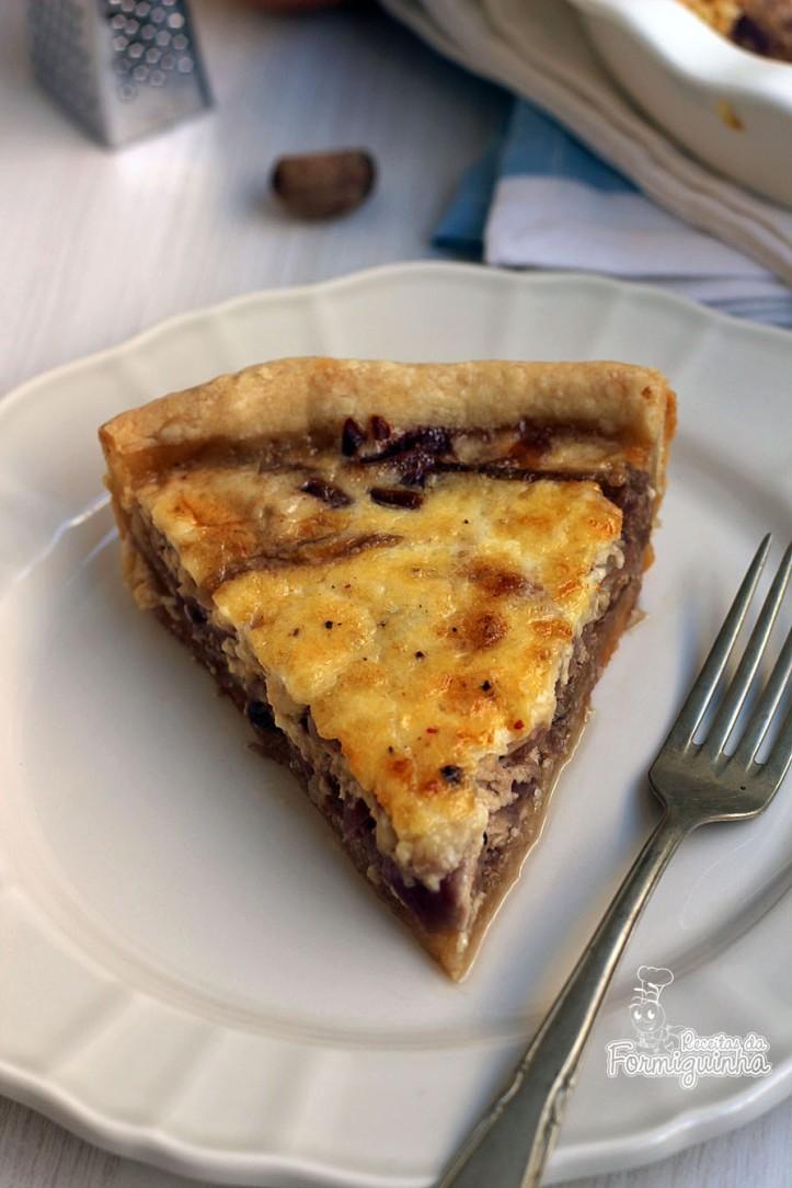 Massa crocante com recheio de cebolas caramelizadas e queijo... Prática e deliciosa essa Quiche de Cebola com Queijo!
