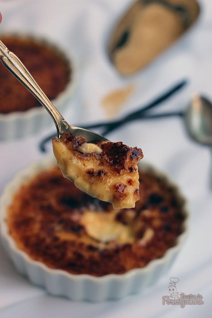 Creme queimado no melhor estilo francês... Esse é o crème brûlée de baunilha!