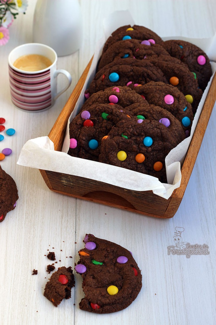 Crocante por fora e macio por dentro... Assim são esses lindos Cookies de Chocolate com Confeitos. Pode ser com gotas de chocolate ou castanhas, se preferir...