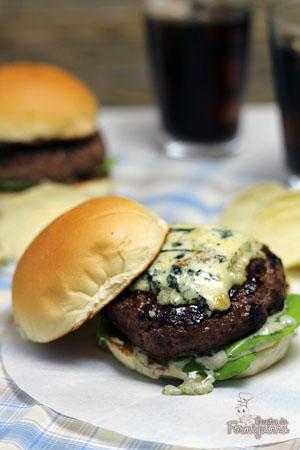 Hambúrguer caseiro é muito mais saboroso e esse aqui leva gorgonzola!! Hummm....