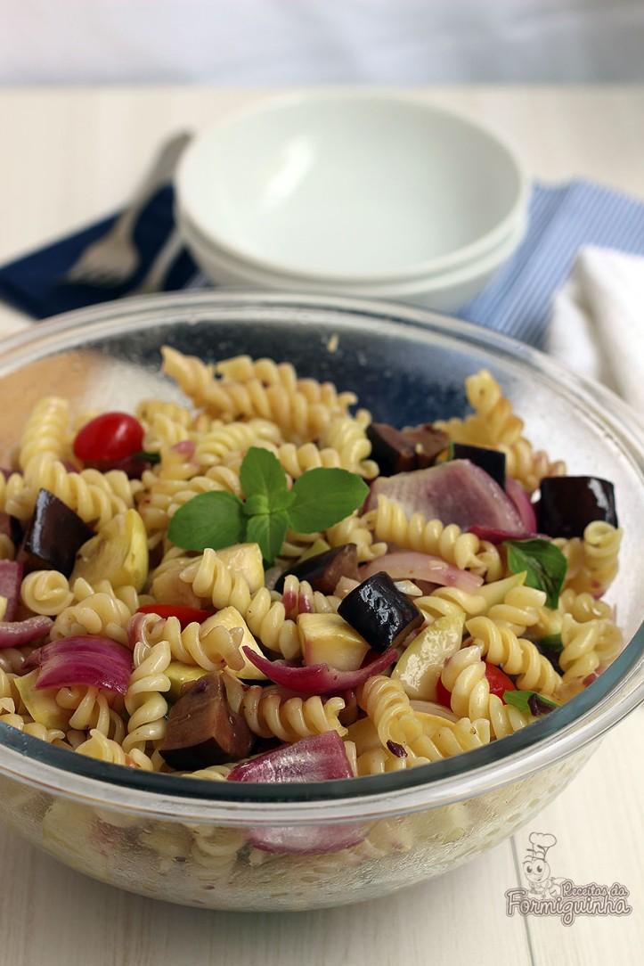 Refeição leve e nutritiva para o verão... Essa salada mediterrânea de macarrão fica muito saborosa e não dá trabalho no preparo...