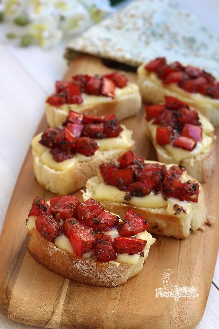 Aperitivo fácil e rápido para servir antes de um almoço ou jantar. Sabor maravilhoso dessas Bruschettas de Queijo e Tomates Marinados.