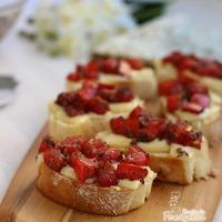 Bruschettas de Queijo e Tomates Marinados