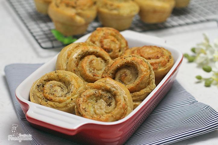 Pãezinhos macios e saborosos recheados de pesto e queijo! Delícia de pão... Mude o recheio e seja feliz!
