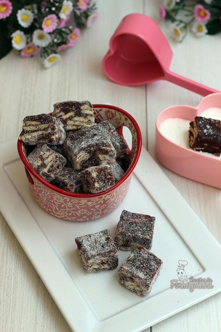 Quadradinhos deliciosamente macios de brigadeiro e biscoitos.. Palha Italiana de Chocolate é um doce simples e fácil de preparar..