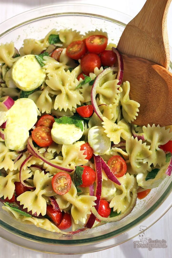 Rápida, refrescante e muito saborosa, essa Salada de Macarrão Caprese pode ser preparada com bastante antecedência e te ajudar naqueles dias corridos! Vale muito a pena experimentar!