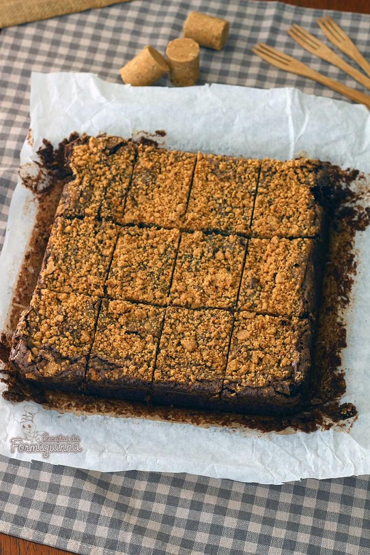 Amendoim e chocolate, dupla mais que perfeita nesse delicioso, molhadinho e incrível Brownie de Paçoca!
