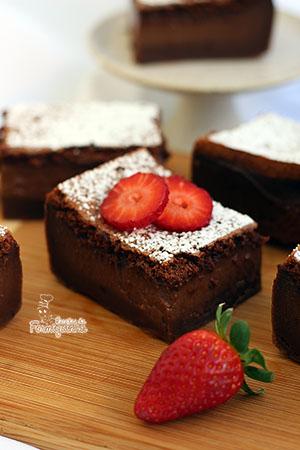 3 camadas de puro chocolate em texturas diferentes.. É assim que fica esse Bolo Mágico de Chocolate, também conhecido como Magic Custard Cake.