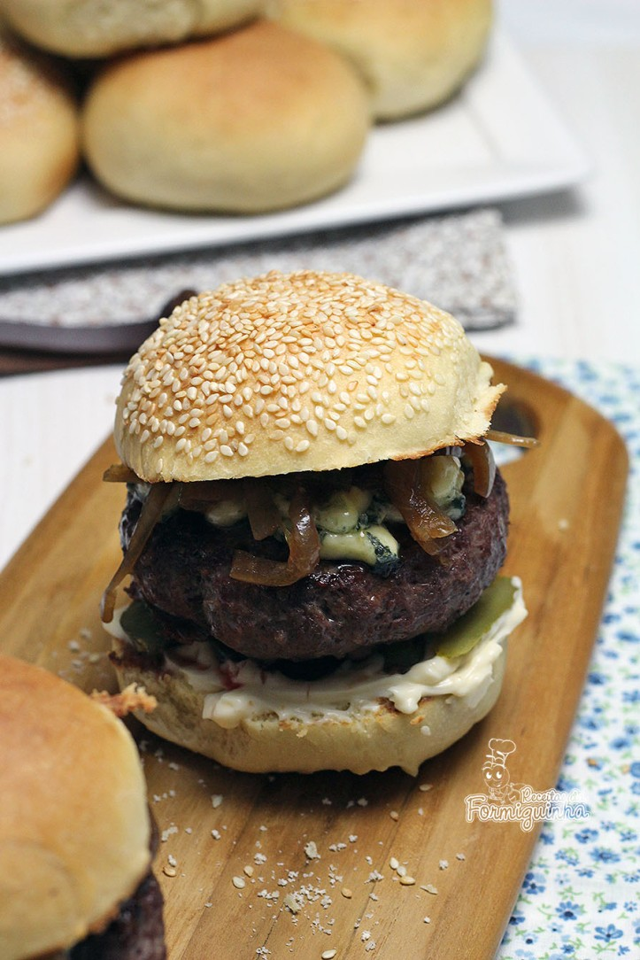 Junte a deliciosa cebola caramelizada na cerveja preta com um pão caseiro e fofinho e tenha o melhor hambúrguer que você já experimentou!