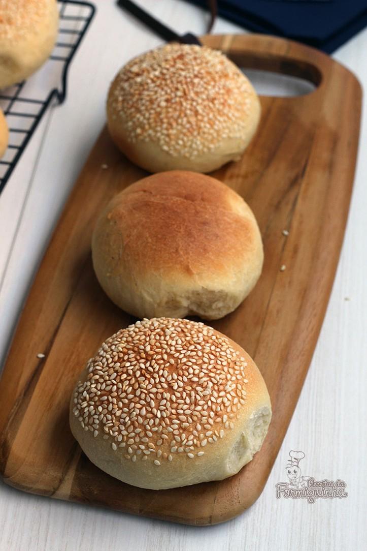 Fofinho, delicioso e melhor de tudo: feito por você! Aprenda como fazer esse maravilho Pão de Hambúrguer com ou sem gergelim.
