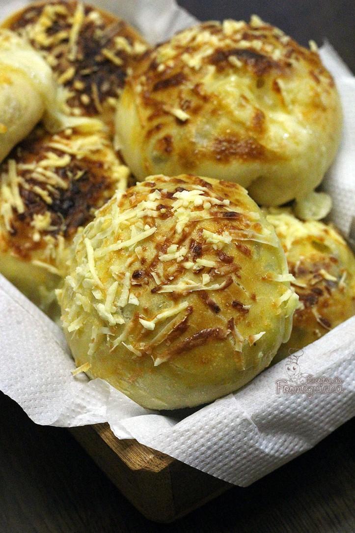 Para acompanhar o lanche ou o café da manhã, nada melhor que um macio e saboroso Pão de Batata Recheado..